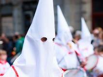 BILBAO SPANIEN - MARS 20: Medlemmar av ett brödraskap i processionen av åsnan i påsk som firas på mars 20, 2016, i Bilbao, Arkivfoton