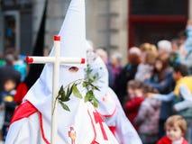 BILBAO SPANIEN - MARS 20: Medlemmar av ett brödraskap i processionen av åsnan i påsk som firas på mars 20, 2016, i Bilbao, Arkivbild