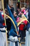 BILBAO SPANIEN - MARS 20: Medlemmar av ett brödraskap i processionen av åsnan i påsk som firas på mars 20, 2016, i Bilbao, Royaltyfri Fotografi