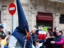 BILBAO SPANIEN - MARS 20: Medlemmar av ett brödraskap i processionen av åsnan i påsk som firas på mars 20, 2016, i Bilbao, Arkivbilder