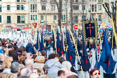 BILBAO SPANIEN - MARS 20: Medlemmar av ett brödraskap i processionen av åsnan i påsk som firas på mars 20, 2016, i Bilbao, Fotografering för Bildbyråer