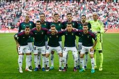 BILBAO, SPANIEN - 30. OKTOBER: Osasuna-Spieler werfen für Fotografen vor dem Match zwischen Athletic Bilbao auf und Osasuna, feie Stockbilder