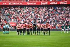 BILBAO SPANIEN - OKTOBER 30: Spelare från både lag i en minut av tystnad för matchen mellan idrotts- Bilbao och Osasuna, c Royaltyfria Bilder