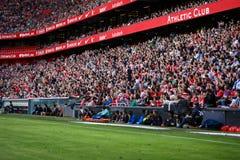 BILBAO SPANIEN - SEPTEMBER 18: Åskådarna står och applådera i ställningarna av stadion, i matchen mellan idrotts- Bilb Royaltyfri Foto