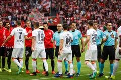 BILBAO SPANIEN - SEPTEMBER 18: De två lagen hälsar för den spanska ligamatchen mellan idrotts- Bilbao och Valencia CF, celebra Fotografering för Bildbyråer