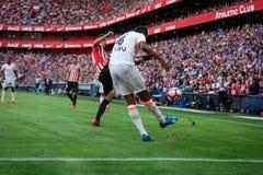 BILBAO, SPANIEN - 18. SEPTEMBER: Spieler Aderlan Santos, des Valencia CF und Aritz Aduriz, Bilbao-Spieler, während des Spiels zwi Lizenzfreie Stockfotografie