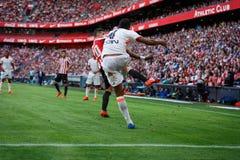 BILBAO, SPANIEN - 18. SEPTEMBER: Spieler Aderlan Santos, des Valencia CF und Aritz Aduriz, Bilbao-Spieler, während des Spiels zwi Lizenzfreie Stockfotos
