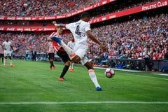 BILBAO, SPANIEN - 18. SEPTEMBER: Spieler Aderlan Santos, des Valencia CF und Aritz Aduriz, Bilbao-Spieler, während des Spiels zwi Stockbild