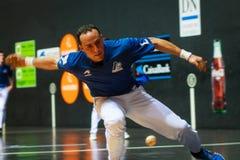 BILBAO, SPANJE - ARPIL 9: Juan Martinez de Irujo in het gevierde spel van het handbalkampioenschap van paren alvorens de bal te r Royalty-vrije Stock Fotografie