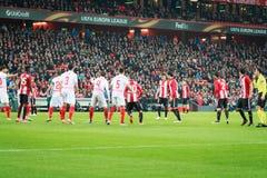 BILBAO, SPANJE - ARPIL 7: Spelers van zowel teams in een hoek in de gelijke tussen Atletisch Bilbao als Sevilla in UEFA Europa L stock afbeelding