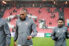 BILBAO, SPANJE - ARPIL 7: Steven Nzonzi en Benoit Tremoulinas vóór de gelijke tussen Atletisch Bilbao en Sevilla in quarterf Stock Afbeeldingen
