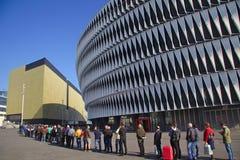 BILBAO, SPANJE, 28 MEI, 2015: Mensen die voor a een rij vormen Stock Foto