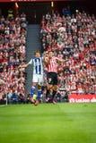 BILBAO, SPANJE - OKTOBER 16: Oscar de Marcos en Mikel Oyarzabal, sprong aan de bal in de Spaanse Ligagelijke tussen Atletische Bi Stock Afbeelding
