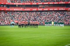 BILBAO, SPANJE - OKTOBER 30: Spelers van zowel teams in een minuut stilte vóór de gelijke tussen Atletische Bilbao als Osasuna, c royalty-vrije stock foto