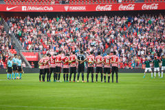 BILBAO, SPANJE - OKTOBER 30: Spelers van zowel teams in een minuut stilte vóór de gelijke tussen Atletische Bilbao als Osasuna, c royalty-vrije stock afbeeldingen
