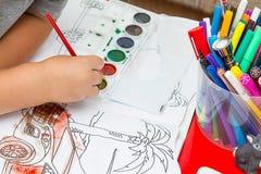 bilbarnet tecknar arkivfoto