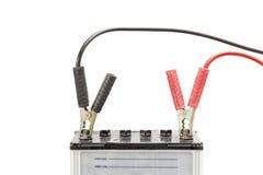 Bilbatteri med förklädekablar royaltyfria foton