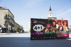 Bilboard av UTGÅNGSfestivalen 2015 i centrum av Novi Sad Arkivbild
