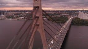 Bilbro med metalliska rep över den Dnipro floden på den oerhörda solnedgången stock video