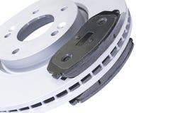 Bilbromsdisketter och bromsblock som isoleras på vit bakgrund Auto delar Bromsdiskettrotor som isoleras på vit Bromsa skivan Bilm arkivfoto