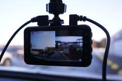 Bilcamcorderskärm Installerat inom bilen på vindrutan för att anteckna vad händer på vägen royaltyfri fotografi