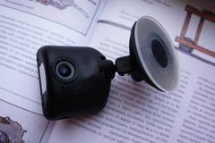 Bilcamcorderskärm Installerat inom bilen på vindrutan för att anteckna vad händer på vägen royaltyfri foto