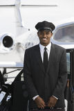 Bilchaufför Standing By Car på flygfältet Royaltyfri Fotografi