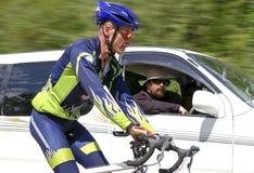 bilcyklisten overtakes Royaltyfri Bild