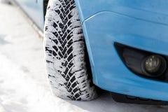 Bildäck i vintern som täckas med snö På vägen med ny snö close upp arkivfoto
