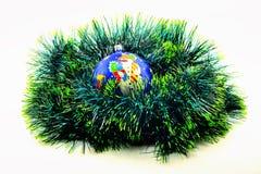 bild Ökologische, hölzerne Weihnachtsdekorationen blauer Ball auf grünem garlan Lizenzfreie Stockfotografie