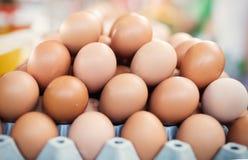 Bild av ägg i ask på marknaden Fotografering för Bildbyråer