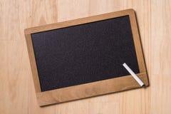 Bild av affärshänder med pennan över affärsdokument i worki arkivfoto