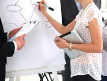 Bild av affärskvinnan som gör presentation royaltyfri foto