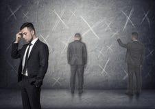 Bild av affärsmannen som tänker om hur man löser problem med 'x-' fläckar runt om honom Arkivbild