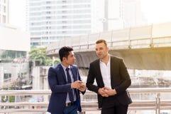 Bild av affärsmannen som talar och att konsultera stund som tillsammans står royaltyfria bilder