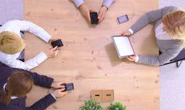 Bild av affärspartners som diskuterar dokument och idéer på mötet royaltyfria foton
