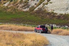 Bild av allroadjeepen i mitt av öknen fotografering för bildbyråer