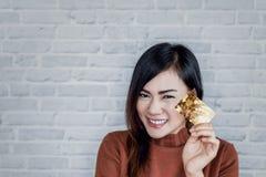 Bild av asiatiska flickaleenden Royaltyfri Bild