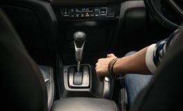 Bild av att dra handbromsen på bilen Royaltyfri Fotografi