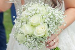 Bild av att gifta sig buketten i bruds händer royaltyfria foton