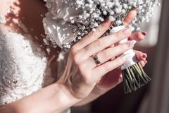 Bild av att gifta sig buketten i bruds händer royaltyfri fotografi