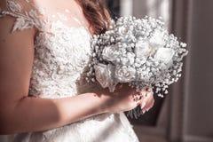 Bild av att gifta sig buketten i bruds händer royaltyfri foto