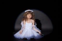 Bild av att le den charmiga ängeln, närbild royaltyfri foto