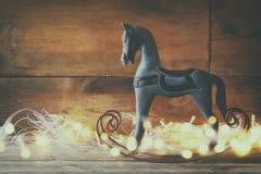 Bild av att vagga hourse- och magijulljus på trätabellen Arkivbild