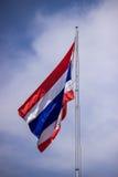 Bild av att vinka den thailändska flaggan av Thailand Royaltyfri Fotografi