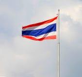 Bild av att vinka den thailändska flaggan av Thailand med bakgrund för blå himmel Arkivbild