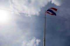 Bild av att vinka den thailändska flaggan av Thailand med bakgrund för blå himmel Arkivfoto