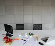 Bild av b?rbara datorn, mobiltelefon, pennor, blyertspennor, vitbok p? den vita desen royaltyfria foton