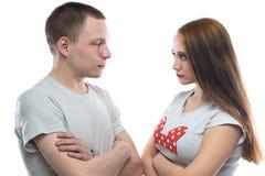 Bild av den allvarliga tonårs- pojken och flickan Royaltyfri Fotografi