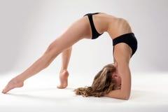 Bild av den böjliga kvinnan som gör pilatesövningar Royaltyfri Fotografi